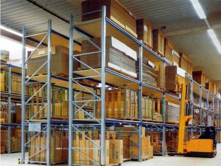 What are the characteristics and advantages of heavy storage shelves