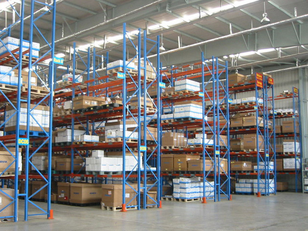 What types of heavy duty storage racks can be divided into