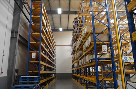 Storage shelf suitable for cold chain logistics